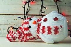 Χιονάνθρωπος και γιρλάντα Χριστουγέννων Στοκ Φωτογραφίες
