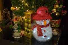 Χιονάνθρωπος και διακοσμητικό υπόβαθρο Χριστουγέννων Στοκ φωτογραφία με δικαίωμα ελεύθερης χρήσης