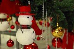 Χιονάνθρωπος και σφαίρα χρώματος, διακοσμήσεις Χριστουγέννων διακοσμήσεων Στοκ Εικόνες