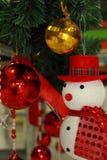 Χιονάνθρωπος και σφαίρα χρώματος, διακοσμήσεις Χριστουγέννων διακοσμήσεων Στοκ Φωτογραφία