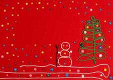 Χιονάνθρωπος και χριστουγεννιάτικο δέντρο στο κόκκινο αισθητό Στοκ Φωτογραφίες