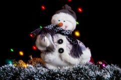 Χιονάνθρωπος με μια γιρλάντα και tinsel. Στοκ Εικόνα