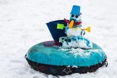 Χιονάνθρωπος με στάσεις μιας τις κόκκινες μύτης στο πάρκο στο χιόνι Στοκ Εικόνες