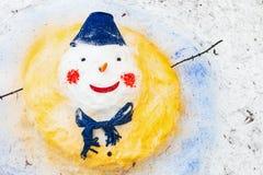 Χιονάνθρωπος με στάσεις μιας τις κόκκινες μύτης στο πάρκο Στοκ φωτογραφίες με δικαίωμα ελεύθερης χρήσης