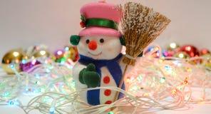 Χιονάνθρωπος με τη γιρλάντα Στοκ Εικόνα