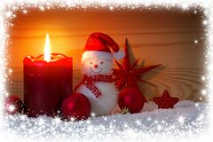 Χιονάνθρωπος με τις διακοσμήσεις Χριστουγέννων Υπόβαθρο Χριστουγέννων με το πλαίσιο χιονιού Στοκ εικόνα με δικαίωμα ελεύθερης χρήσης