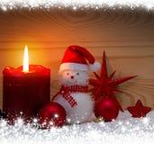 Χιονάνθρωπος με τις διακοσμήσεις Χριστουγέννων Υπόβαθρο Χριστουγέννων με το πλαίσιο χιονιού Στοκ φωτογραφία με δικαίωμα ελεύθερης χρήσης