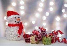 Χιονάνθρωπος με τις συσκευασίες και τις κορδέλλες δώρων Στοκ φωτογραφίες με δικαίωμα ελεύθερης χρήσης