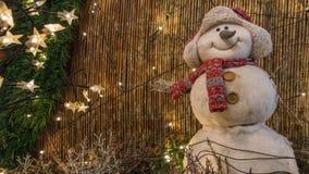 Χιονάνθρωπος με το μαντίλι και την ΚΑΠ Στοκ φωτογραφία με δικαίωμα ελεύθερης χρήσης