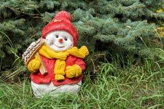 Χιονάνθρωπος παιχνιδιών στο έλατο στοκ εικόνα