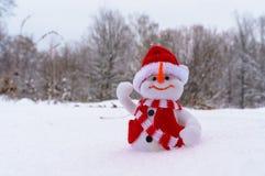 Χιονάνθρωπος παιχνιδιών στο χιόνι στο χειμερινό δάσος Στοκ φωτογραφία με δικαίωμα ελεύθερης χρήσης
