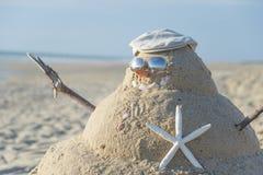 Χιονάνθρωπος που γίνεται από την άμμο με το καπέλο Στοκ Φωτογραφία