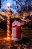 Χιονάνθρωπος που γίνεται με το αυτοκίνητο ροδών Στοκ Φωτογραφίες