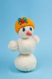 Χιονάνθρωπος σε μια μπλε ανασκόπηση Στοκ Φωτογραφίες