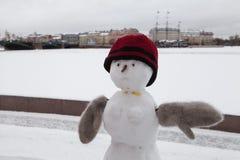 Χιονάνθρωπος στα χειμερινά ενδύματα Στοκ εικόνες με δικαίωμα ελεύθερης χρήσης