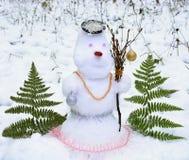 Χιονάνθρωπος στο δάσος με τις διακοσμήσεις Χριστουγέννων Στοκ Φωτογραφίες