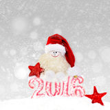 Χιονάνθρωπος στο καπέλο santa Νέο έτος 2016 Στοκ Εικόνες