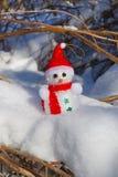 Χιονάνθρωπος Χριστουγέννων στο χιόνι στοκ εικόνες