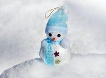 Χιονάνθρωπος Χριστουγέννων στο χιόνι στοκ εικόνες με δικαίωμα ελεύθερης χρήσης