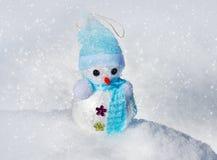 Χιονάνθρωπος Χριστουγέννων στο χιόνι στοκ εικόνα