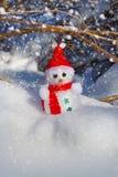Χιονάνθρωπος Χριστουγέννων στο χιόνι στοκ φωτογραφία με δικαίωμα ελεύθερης χρήσης