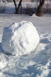 Χιονιά στην οδό μια ηλιόλουστη χειμερινή ημέρα Στοκ εικόνες με δικαίωμα ελεύθερης χρήσης