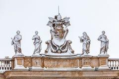 Χιονισμένα αγάλματα στη στέγη του καθεδρικού ναού του ST Peter ` s στη πόλη του Βατικανού στη Ρώμη στην Ιταλία Στοκ Εικόνες