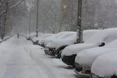 Χιονισμένα αυτοκίνητα στην πόλη Στοκ εικόνες με δικαίωμα ελεύθερης χρήσης