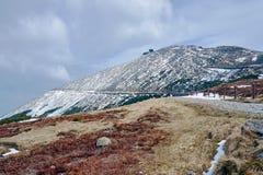 Χιονισμένα βουνοπλαγιά και καταφύγιο στα γιγαντιαία βουνά Στοκ Φωτογραφίες