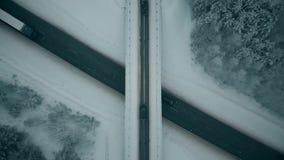 Χιονισμένα δέντρα κοντά στο δρόμο στη Ρωσία απόθεμα βίντεο