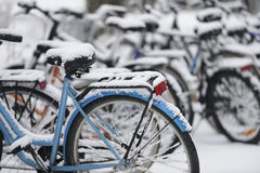 Χιονισμένα ποδήλατα στο χώρο στάθμευσης Στοκ Εικόνες
