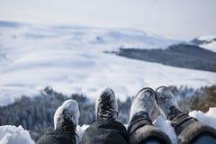 Χιονισμένα πόδια δύο οδοιπόρων σε ένα χειμερινό τοπίο Στοκ Φωτογραφία