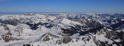 Χιονισμένες σειρές βουνών στις ελβετικές Άλπεις Στοκ εικόνα με δικαίωμα ελεύθερης χρήσης