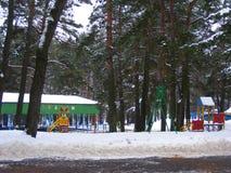 Χιονισμένη έλξη παιδιών ` s στο χειμερινό πάρκο Στοκ Φωτογραφία