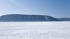 Χιονισμένη ακτή του ποταμού Angara μια ημέρα άνοιξη Ταξίδι στην παγωμένη Σιβηρία στοκ φωτογραφία με δικαίωμα ελεύθερης χρήσης