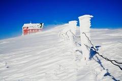 Χιονισμένη καμπίνα στα moutains Bucegi, Ρουμανία. Οριζόντιος πυροβολισμός Στοκ Εικόνες