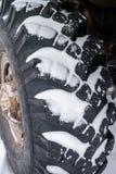 Χιονισμένη μεγάλη ρόδα φορτηγών με το βαθύ βήμα Στοκ Φωτογραφίες