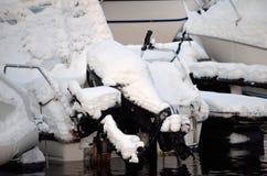 Χιονισμένη μηχανή βαρκών στο λιμάνι Στοκ εικόνες με δικαίωμα ελεύθερης χρήσης
