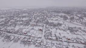 Χιονισμένη μικρού χωριού, αεροφωτογραφία φιλμ μικρού μήκους