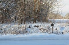 Χιονισμένη ταχυδρομική θυρίδα στον αγροτικό δρόμο στο χειμερινό πρωί Στοκ Φωτογραφίες