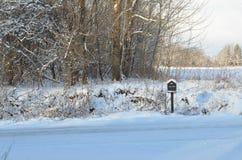 Χιονισμένη ταχυδρομική θυρίδα στον αγροτικό δρόμο στο χειμερινό πρωί Στοκ Φωτογραφία
