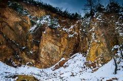 Χιονισμένος απότομος βράχος προσώπου βράχου Στοκ εικόνες με δικαίωμα ελεύθερης χρήσης
