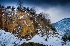 Χιονισμένος απότομος βράχος προσώπου βράχου Στοκ Εικόνα