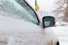 Χιονισμένος δευτερεύων καθρέφτης του αυτοκινήτου Πλάγια όψη Στοκ εικόνες με δικαίωμα ελεύθερης χρήσης