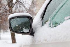 Χιονισμένος δευτερεύων καθρέφτης του αυτοκινήτου Στοκ Εικόνες