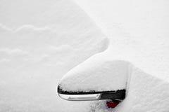 Χιονισμένος δευτερεύων καθρέφτης αυτοκινήτων Στοκ Φωτογραφία