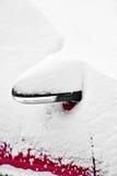 Χιονισμένος δευτερεύων καθρέφτης αυτοκινήτων Στοκ φωτογραφίες με δικαίωμα ελεύθερης χρήσης