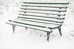 Χιονισμένος ξύλινος πάγκος Στοκ Εικόνες