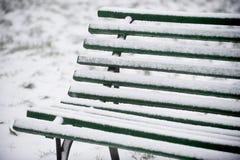 Χιονισμένος ξύλινος πάγκος Στοκ φωτογραφίες με δικαίωμα ελεύθερης χρήσης