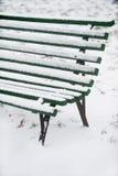 Χιονισμένος ξύλινος πάγκος Στοκ Φωτογραφίες
